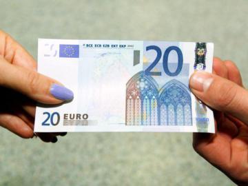 Zwei Hände halten einen Geldschein.