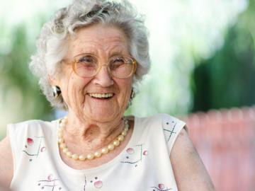 Eine alte Frau lächelt.