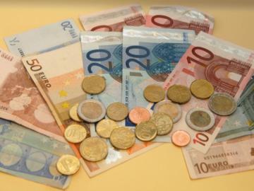 Geldscheine und Münzen.