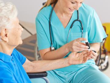 Pflegerin misst Blutdruck