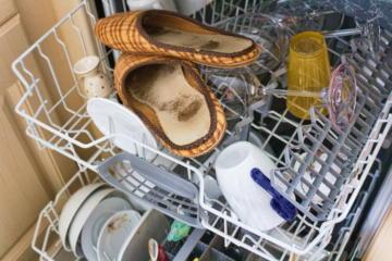 Schlapfen die in einer Geschirrspülmaschine stehen.