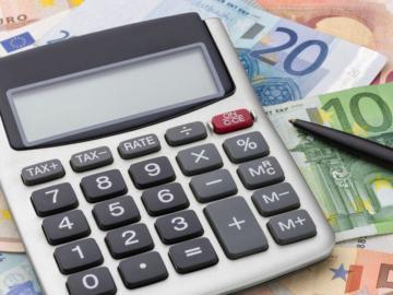 Geldscheine und ein Taschenrechner.