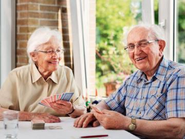 Älteres Paar spielt ein Kartenspiel