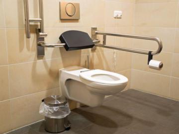 Eine barrierefreie Toilette wird gezeigt.