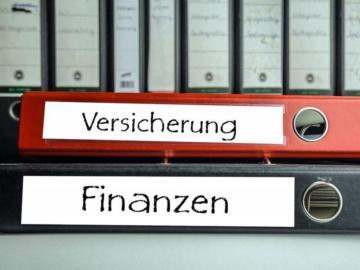 """Zwei Aktenordner mit der Aufschrift """"Versicherung"""" und """"Finanzen""""."""